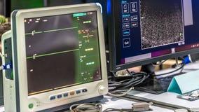 Dispositif électrocardiographique de surveillance d'ECG dans l'hôpital photos libres de droits