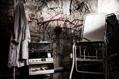Dispositif choquant électrique dangereux près de la robe médicale accrochant o Images libres de droits