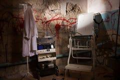 Dispositif choquant électrique près de la robe médicale accrochant sur le coup Images libres de droits