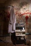 Dispositif choquant électrique près de la robe médicale accrochant sur le coup Photos stock
