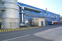 Dispositif d'échappement de aération du bâtiment de l'usine moderne Image stock