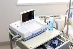 Dispositif de Cardiotocograph dans un hôpital pour examiner le battement de coeur de foetus et pour faire le cardiogramme tandis  images libres de droits