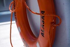 Dispositif de flottaison orange sur le bateau en Alaska photographie stock