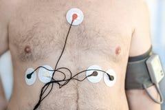 Dispositif de moniteur de Holter et enregistreur quotidien de tension artérielle sur le corps masculin humain Surveillance quotid Photographie stock libre de droits