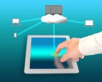 Dispositif de réseau d'utilisation d'homme d'affaires pour se relier au calcul de nuage Photographie stock