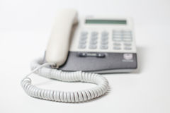 Dispositif de téléphone de bureau avec le cordon téléphonique attente de l'appel Petite profondeur d'orientation Photo stock