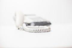 Dispositif de téléphone de bureau avec le cordon téléphonique Petite profondeur d'orientation Images libres de droits