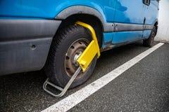 Dispositif jaune de blocage de roue dans un fourgon bleu images libres de droits