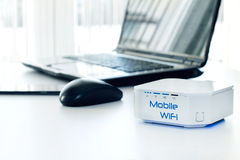 Dispositif mobile de routeur de WiFi sur la table Photos libres de droits
