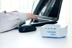Dispositif mobile de routeur de WiFi sur la table Photographie stock