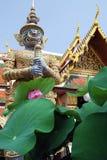 Dispositif protecteur dans le temple de bouddhisme Images stock
