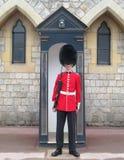 Dispositif protecteur royal dans l'uniforme rouge Image libre de droits
