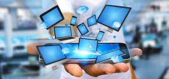 Dispositif se reliant de technologie d'homme d'affaires avec son téléphone Photos libres de droits