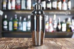 Dispositif trembleur de cocktail au compteur de barre photographie stock