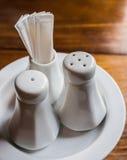 Dispositif trembleur de poivre de salière et céramique de cure-dents Photo libre de droits