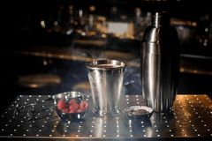 Dispositif trembleur en acier, tweezzers, tasse et soucoupe avec la framboise dans la fumée Images stock