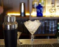 Dispositif trembleur et verre de cocktail avec de la glace images libres de droits