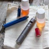 Dispositif vaping avancé, e-cigarette sur la table images stock