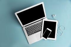 Dispositifs avec les écrans vides sur le fond de couleur photographie stock libre de droits
