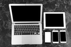 Dispositifs avec les écrans vides sur le fond de marbre image libre de droits