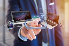 Dispositifs comme le vol de smartphone, de comprimé ou d'ordinateur au-dessus du nuage relié - 3d rendent photo libre de droits
