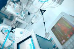 Dispositifs d'assistance vitale reliés au patient d'état critique photographie stock