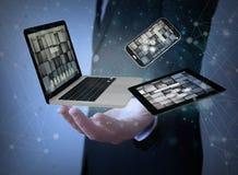 dispositifs dans des mains d'homme d'affaires photographie stock