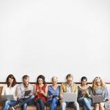Dispositifs de Digital de connexion de personnes de diversité passant en revue le concept photo stock
