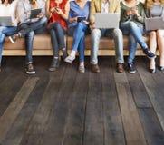 Dispositifs de Digital de connexion de personnes de diversité passant en revue le concept photos stock