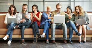 Dispositifs de Digital de connexion de personnes de diversité passant en revue le concept photo libre de droits