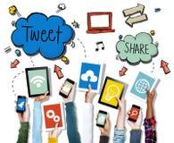 Dispositifs de participation de mains avec des symboles sociaux de media photo stock