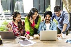 Dispositifs de technologie d'amis souriant à l'intérieur concept Photo libre de droits