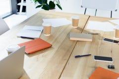 Dispositifs et café de Digital à aller sur la table image libre de droits
