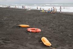 Dispositifs et lits pliants en plastique rouges de délivrance de flottaison sur la plage concept obscurci de vacances de voyage o photographie stock libre de droits