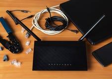 Dispositifs et routeur moderne, pièces de connexion par modem et outils sur la table image libre de droits