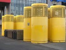 Dispositifs jaunes de système d'aération sur la rue Photo libre de droits