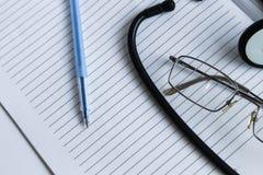 Dispositifs médicaux sur la table images stock