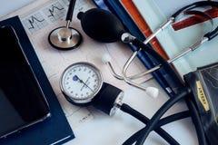 Dispositifs médicaux : un stéthoscope pour l'auscultation des patients et de l'appareil pour la mesure de la tension artérielle photographie stock libre de droits