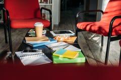 dispositifs numériques, carnets et café sur la table photos libres de droits