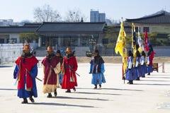 Dispositifs protecteurs de palais sud-coréens dans l'uniforme de l'hiver Photo libre de droits