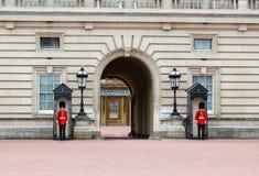 Dispositifs protecteurs royaux au Buckingham Palace Photographie stock