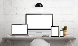 Dispositifs sensibles sur le bureau avec l'écran d'isolement pour la maquette illustration stock