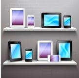 Dispositifs sur des étagères illustration stock