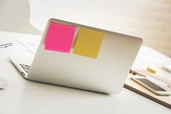 Dispositifs sur la table blanche de bureau Photos libres de droits