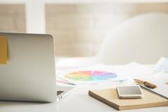 Dispositifs sur le bureau blanc de bureau Photographie stock