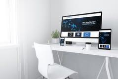 dispositifs sur le site Web innovateur d'espace de travail minimal blanc images stock