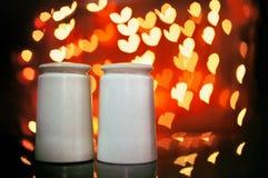 Dispositifs trembleurs de sel et de poivre avec le fond de bokeh de coeur Concept de l Photo libre de droits