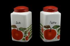 Dispositifs trembleurs de sel rouges et de poivre de capuchon pêchés Photographie stock libre de droits