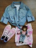 Disposition élégante des vêtements, vue supérieure Chemise de jeans, espadrilles roses, jupe d'été et un poupée-chat Photos libres de droits