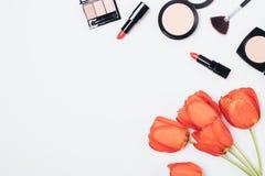 Disposition étendue plate des produits cosmétiques de femmes photo stock